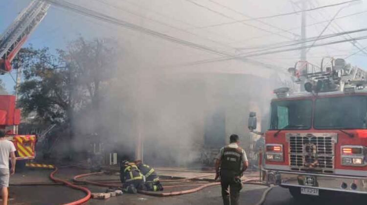 Tres inmuebles afectados y dos bomberos lesionados dejó incendio