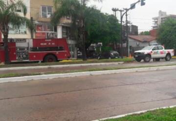 Un camión de bomberos se dirigía a un incendio y chocó contra un auto