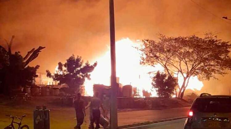 Gran incendio en bodegas Donado