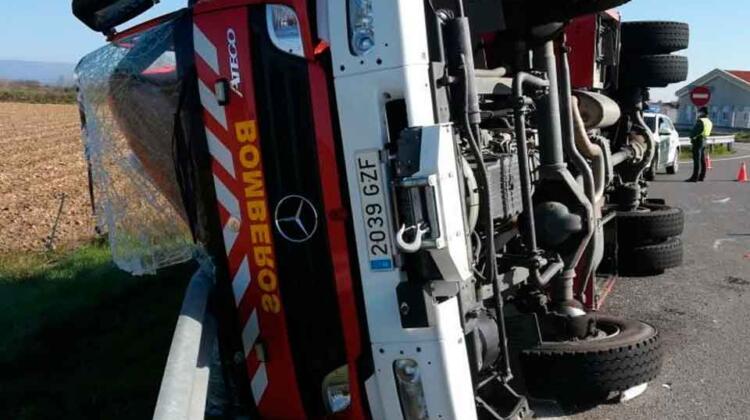 Un camión de bomberos sufre un accidente