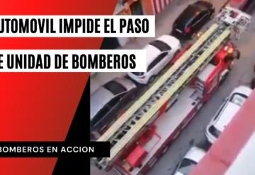 Un coche en doble fila impide pasar a un camión de bomberos