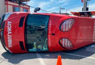 Vuelca ambulancia del Cuerpo de Bomberos de Guayaquil