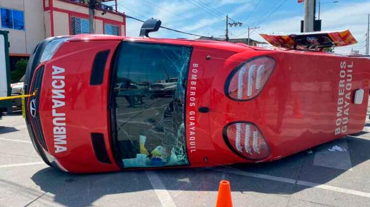 Vuelca una ambulancia del Cuerpo de Bomberos de Guayaquil