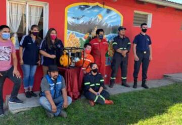 Fundación donó motobombas a bomberos