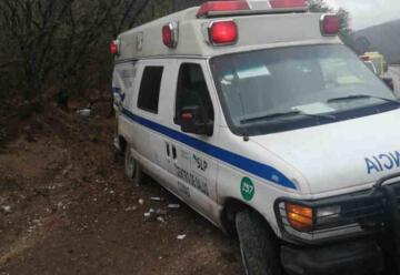Ambulancia y bomberos sufren accidente al atender emergencia