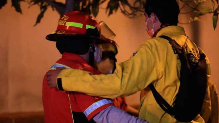 Mueren dos bomberos durante incendio forestal