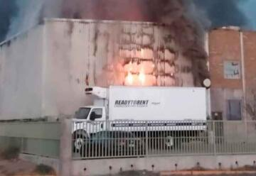 Dos bomberos heridos en incendio en bodega