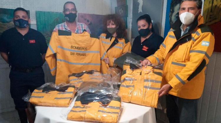 Ciudad Limpia convierte arte en indumentaria para bomberos