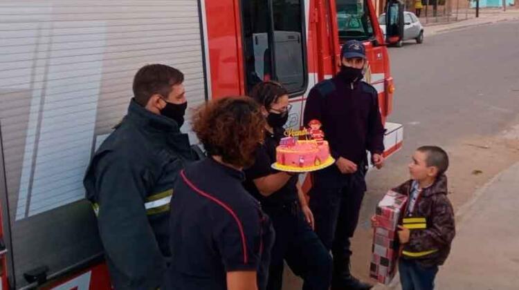 Bomberos de Cutral Co le festejaron el cumple a Leandro
