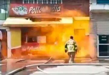 Video: Explosión sorprende a bomberos que apagaban incendio