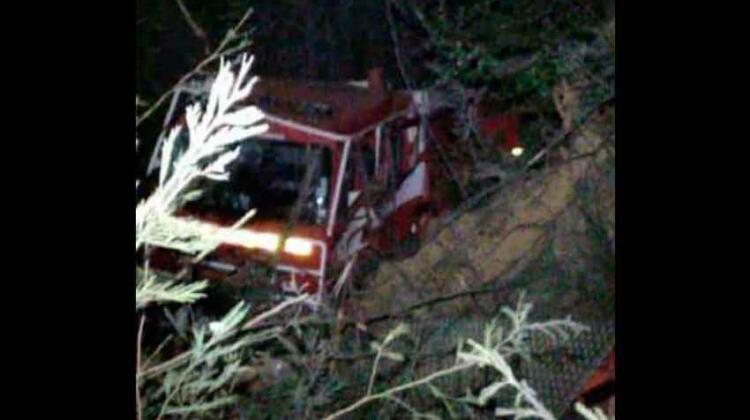 Un carro de Bomberos volcó y cayó en una Quebrada