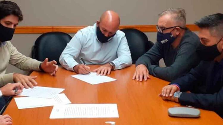 Bomberos de Madryn firmó la escritura del dominio de su Cuartel