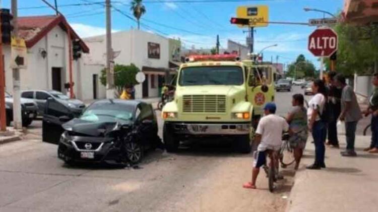 Choque entre camión de bomberos y un auto