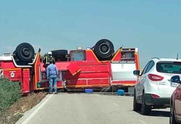 Vuelca camión de bomberos cuando se dirigía a sofocar un incendio