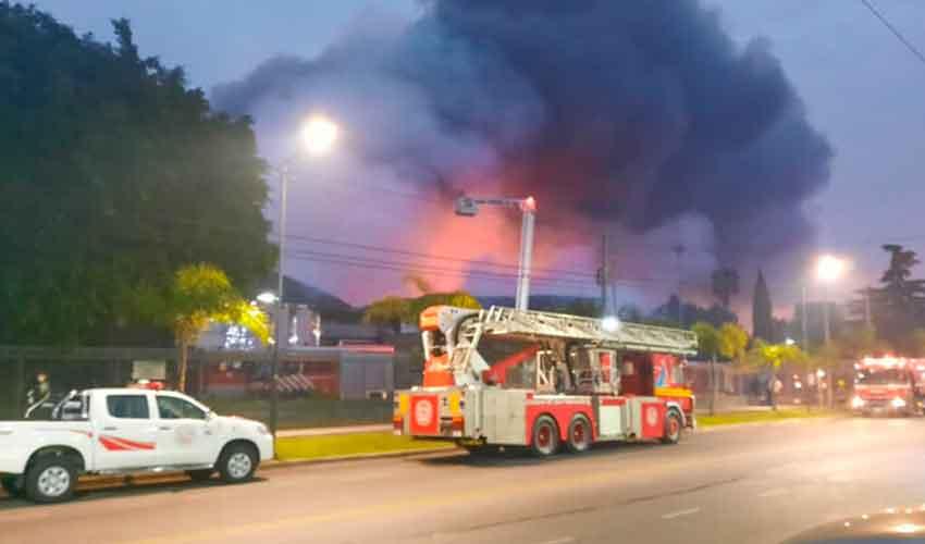 Bomberos lograron controlar un incendio en una planta de Bimbo