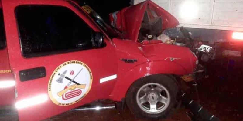 Camioneta de Bomberos Voluntarios impactó contra un camión
