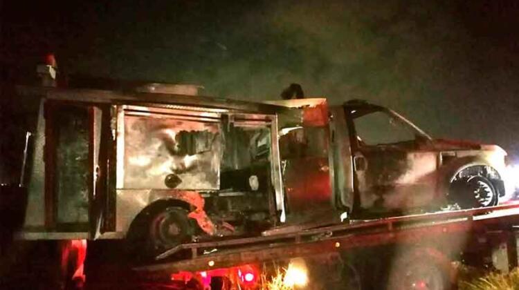 Camión de Bomberos se incendia por cortocircuito
