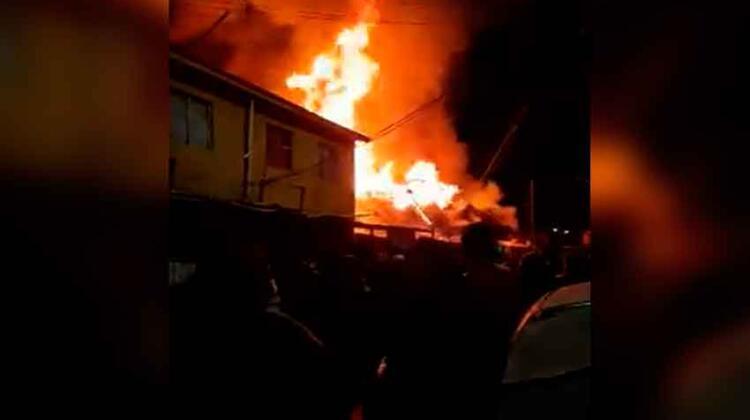 Incendio deja tres bomberos electrocutados en Puente Alto