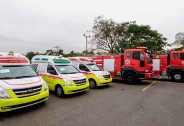 Donación de tres ambulancias y dos unidades contra incendios a Bomberos