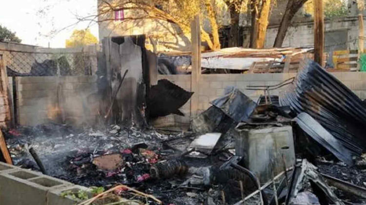 Por el choque del camión de bomberos un incendio consumió toda una vivienda