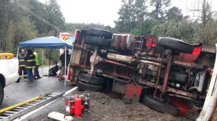 Cinco lesionados deja volcamiento de carro de Bomberos tras atender emergencia