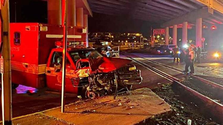 Choca ambulancia de bomberos con tren en Chihuahua