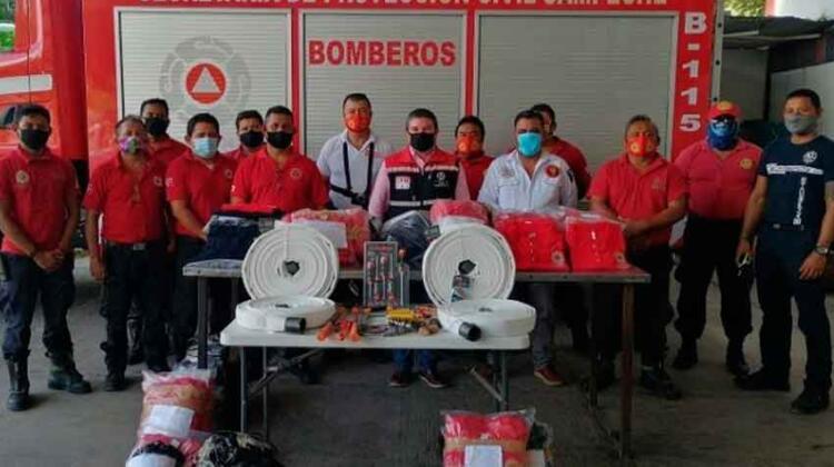 Respaldan labor de bomberos con la entrega de uniformes