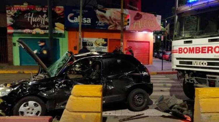 Grave choque de un camión de bomberos y un auto