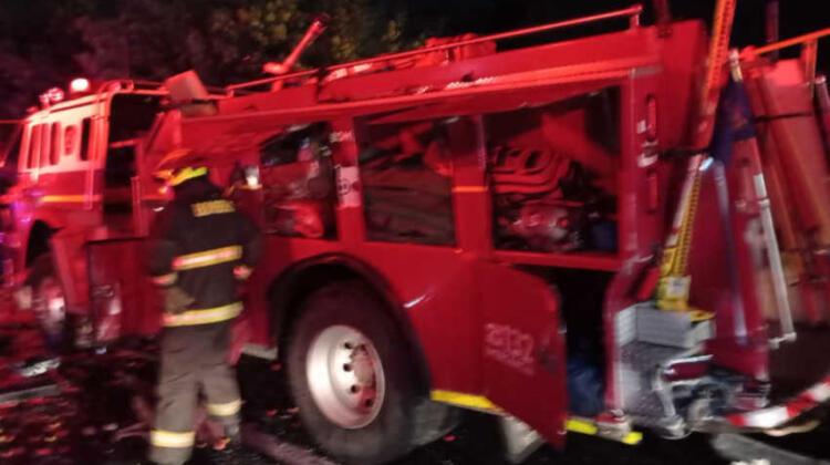 Camión choca a carro de Bomberos tras accidente en Ruta