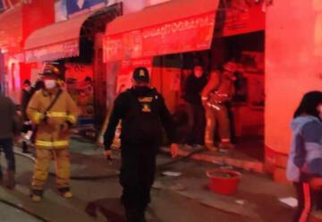 Dos bomberos resultaron heridos tras caída de muro en incendio