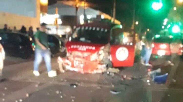 Dos heridos y un bombero golpeado tras dos accidentes