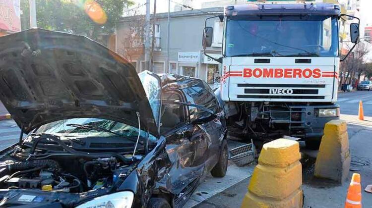 Murió el conductor de un auto embestido por un camión de bomberos