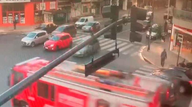 Ignoró la sirena de los bomberos y chocó contra un autobomba