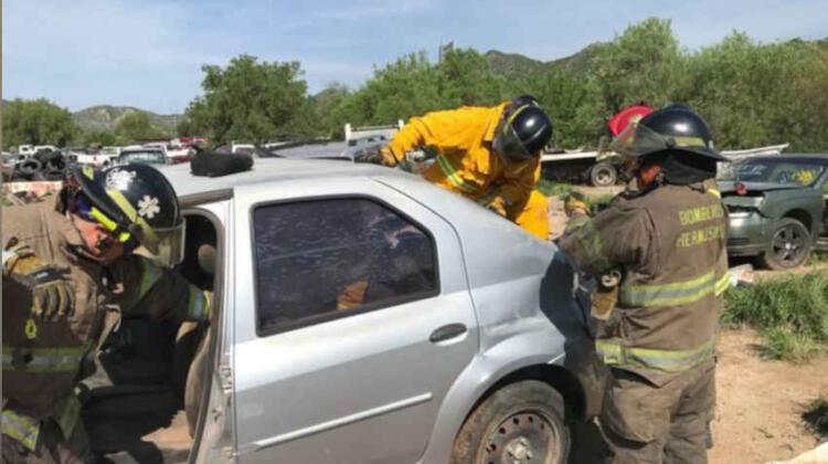 Bomberos realizan simulacro de extracción vehicular