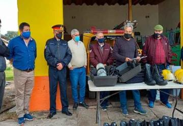 Entrega de indumentaria a Bomberos voluntarios de La Paz