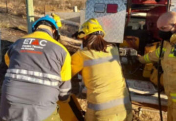 Bomberos combaten un incendio en La Calera