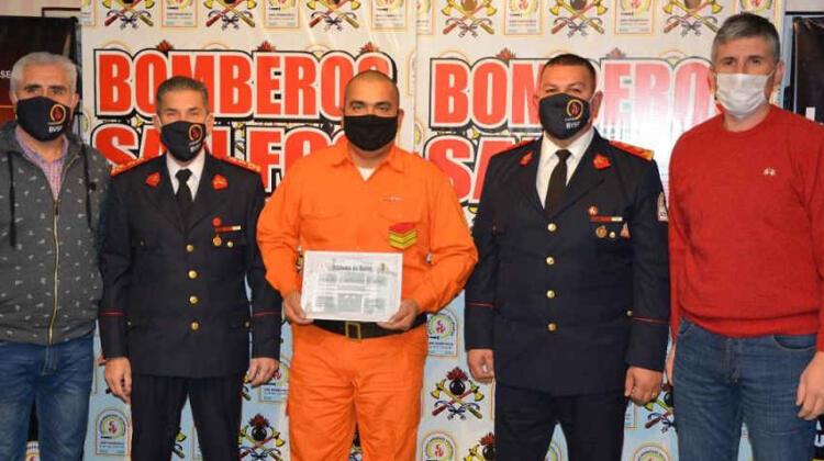 Distinguieron a un bombero por su labor ante el Covid-19