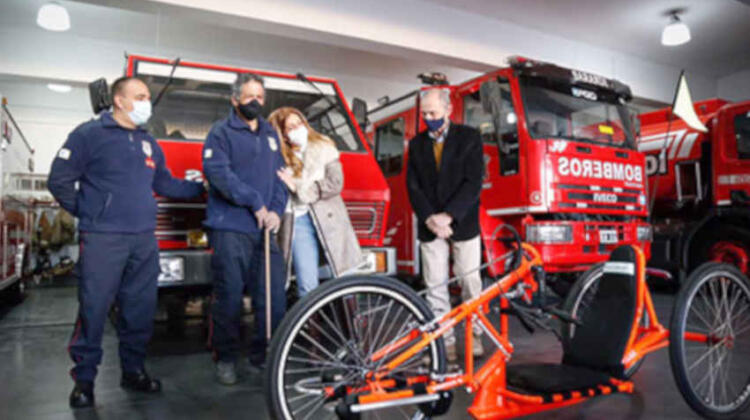 Entregan una bicicleta adaptada a un bombero que sufrió un ACV