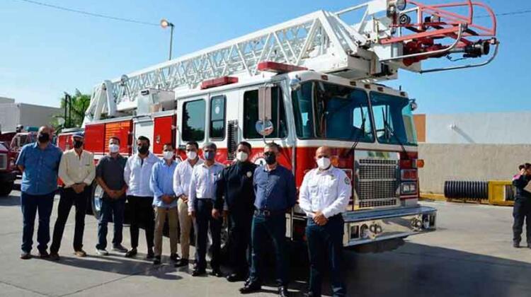 Bomberos de La Paz reciben camión bombera escalera