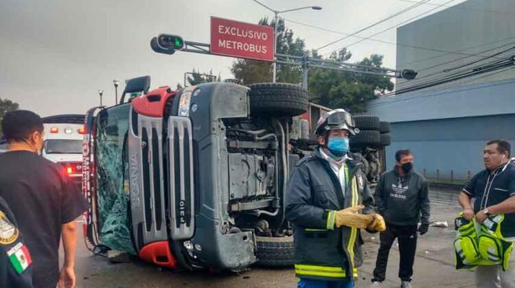 Un camión de bomberos volcó mientras se dirigía a atender un incendio