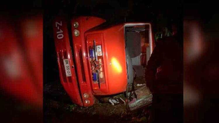 Dos bomberos lesionados deja volcamiento de carro de Bomberos