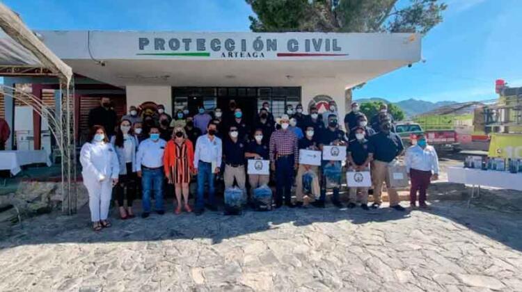 Equipan en Arteaga al cuerpo de Bomberos municipal