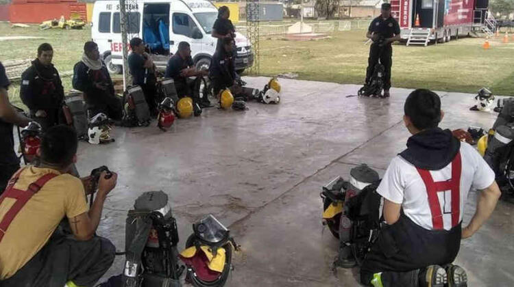 Entregaron varios kits de bioseguridad a bomberos de Salta