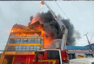 Incendio de gran magnitud afecta a edificio de elementos industriales