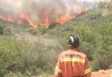 Un bombero resulta herido mientras apagaba un incendio forestal