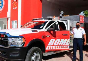 Entregan a bomberos nuevas unidades y equipos de protección