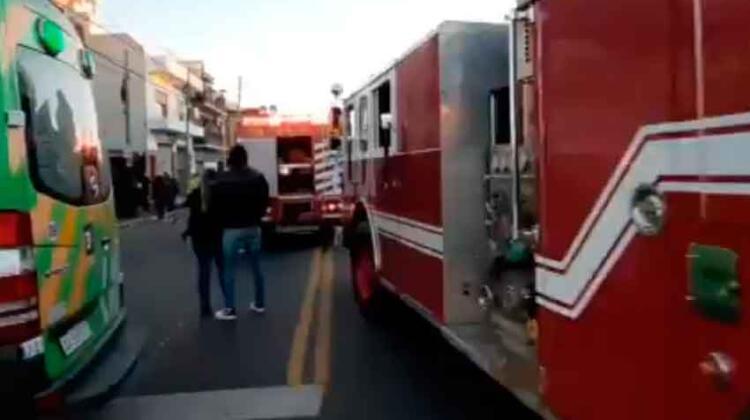 Incendio fatal: murió un bombero y hay dos heridos graves