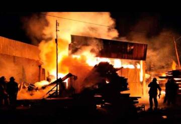 15 dotaciones de bomberos combatieron un incendio en un aserradero