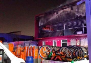 Dos bomberos lesionados en gigantesco incendio en bodega de bicicletas