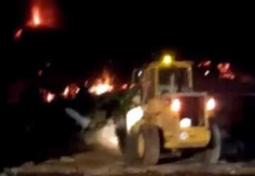 Bomberos intentan encauzar la lava con un tractor